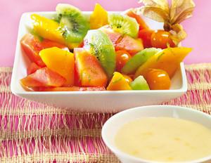 Fruchtsalat mit weißer Schokosauce