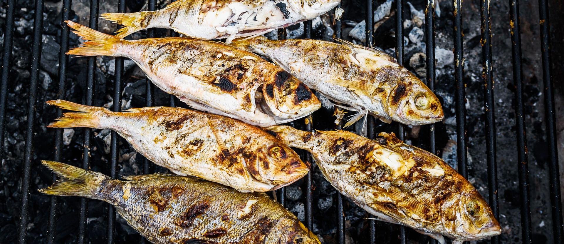 Fische auf einem Grillrost