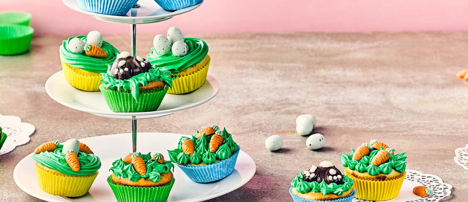Oster Cupcakes auf einer Etagere