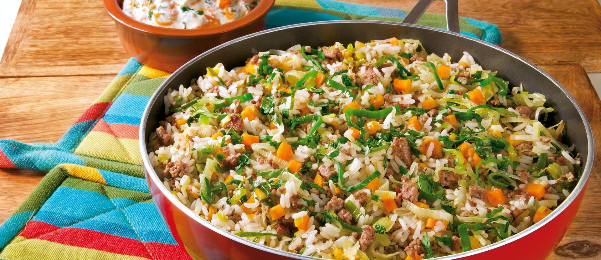 Reis-Hack-Pfanne mit Lauch und Möhren-Dip