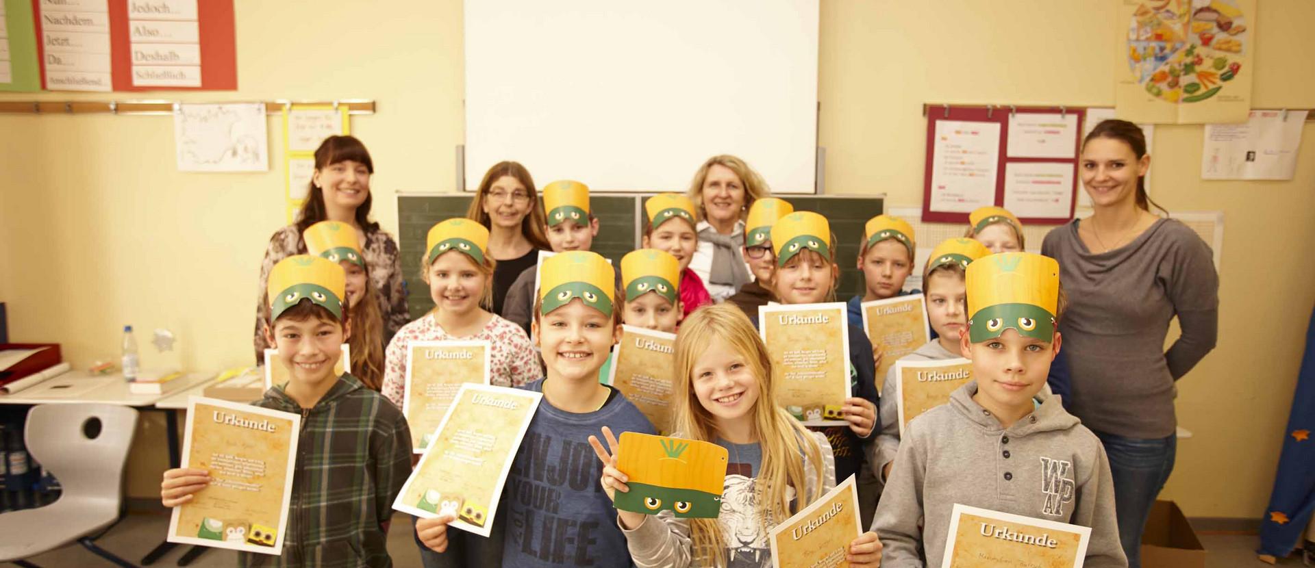 Gruppe Kinder mit Urkunden in den Händen