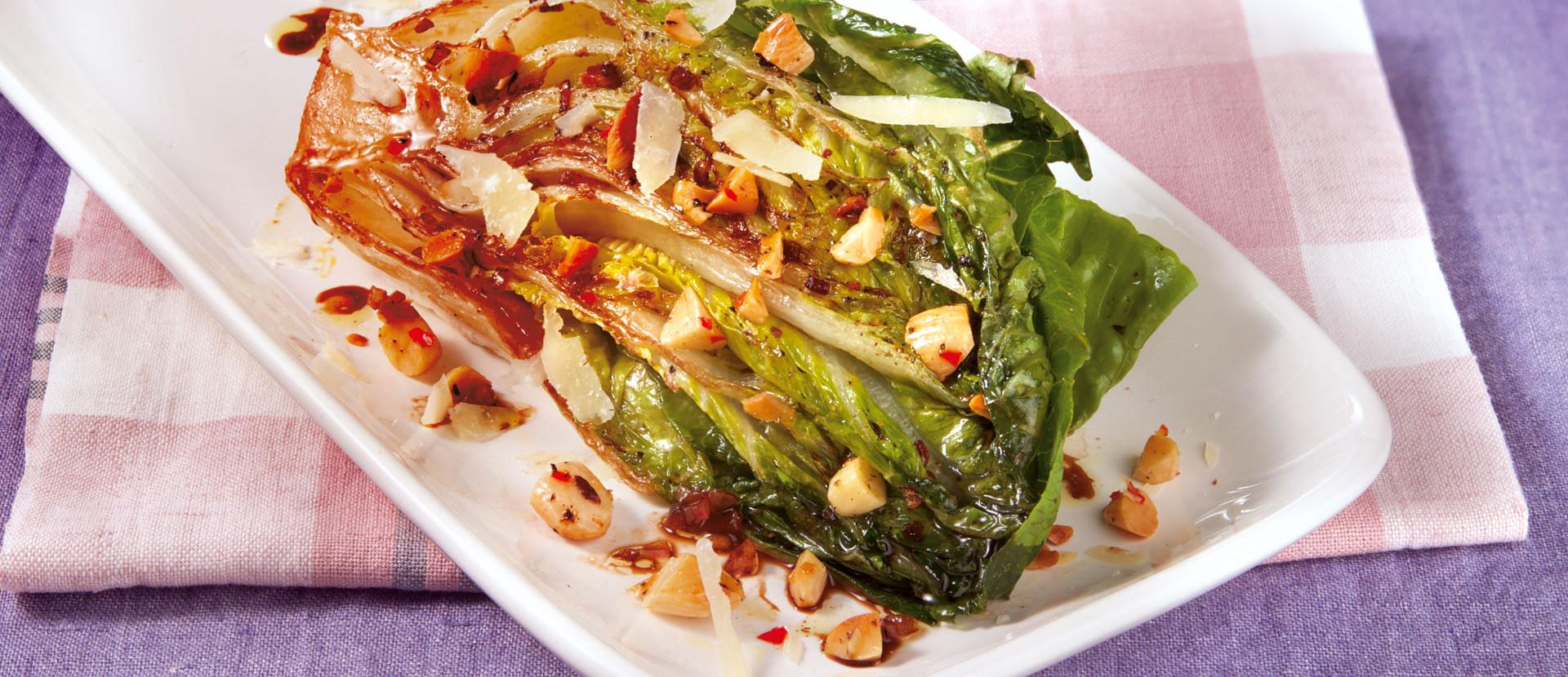 Schmor Salatherzen mit Chilimandeln und Parmesan