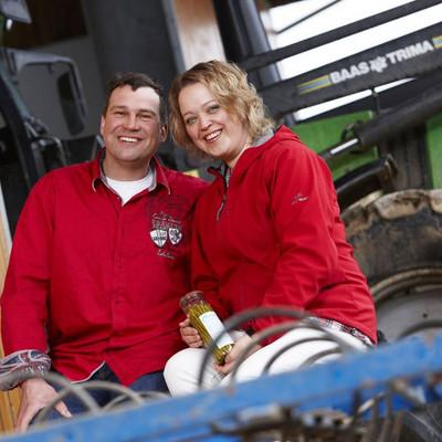 Mann und Frau vor einem Traktor