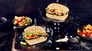 Auberginen-Paprika-Burger mit Tomatensalat