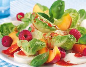 Blattsalat mit Mozzarella, Himbeeren und Nektarinen