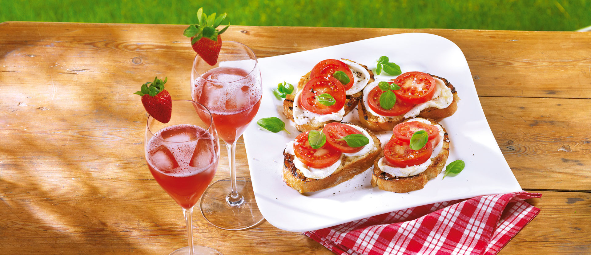 Pink Prosseco mit Erdbeere und Roestbrot