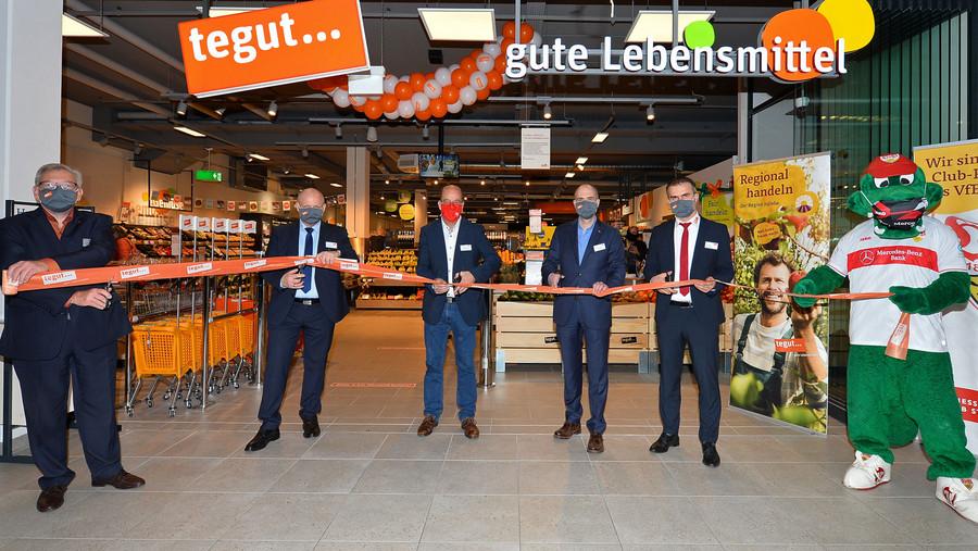 Band wird von offiziellen Vertretern bei Eröffnung des tegut Marktes Schwäbisch Gmünd zerschnitten