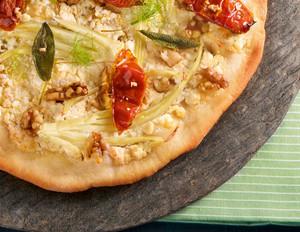 Fenchel-Pizza mit Walnüssen und Ziegenkäse