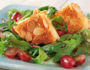 Salat mit Camembert in Mandelkruste und Trauben