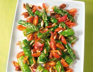 Grüner Spargel mit Tomaten und Pinienkernen