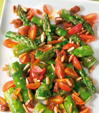 Gruener Spargel mit Tomaten und Pinienkernen