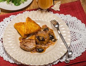 Schweinemedaillons mit Pflaumen-Speck-Sauce