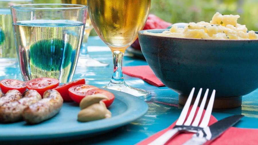 Gedeckter Tisch einer Gartenparty