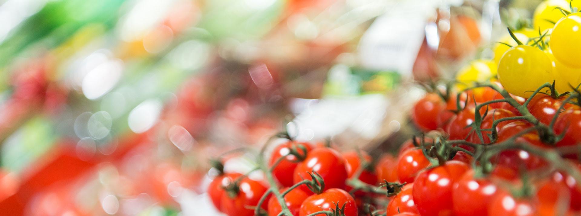 Nahaufnahme von gelben und roten Tomaten