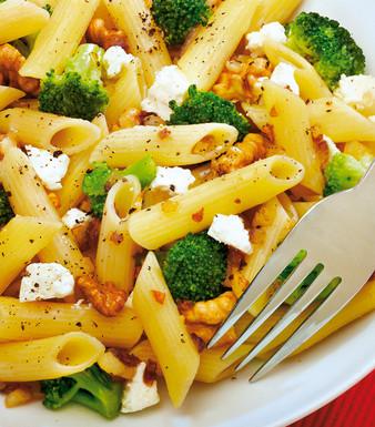 Feta-Penne mit Brokkoli und Walnüssen