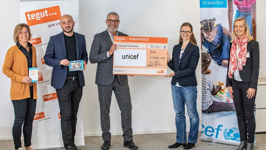 Scheckübergabe in der tegut... Zentrale Fulda an UNICEF