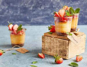 Cheesecakes im Glas mit Erdbeeren