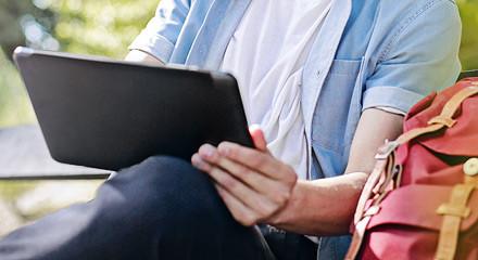 Newsletter Mann mit Laptop auf Bank