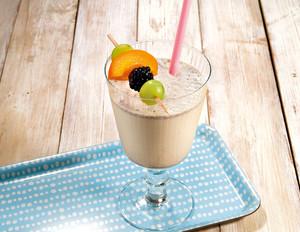 """""""Cookies & Cream""""-Milchshake mit Früchtespieß"""