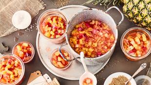 Ananas-Zwiebel-Relish mit Limettenstücken
