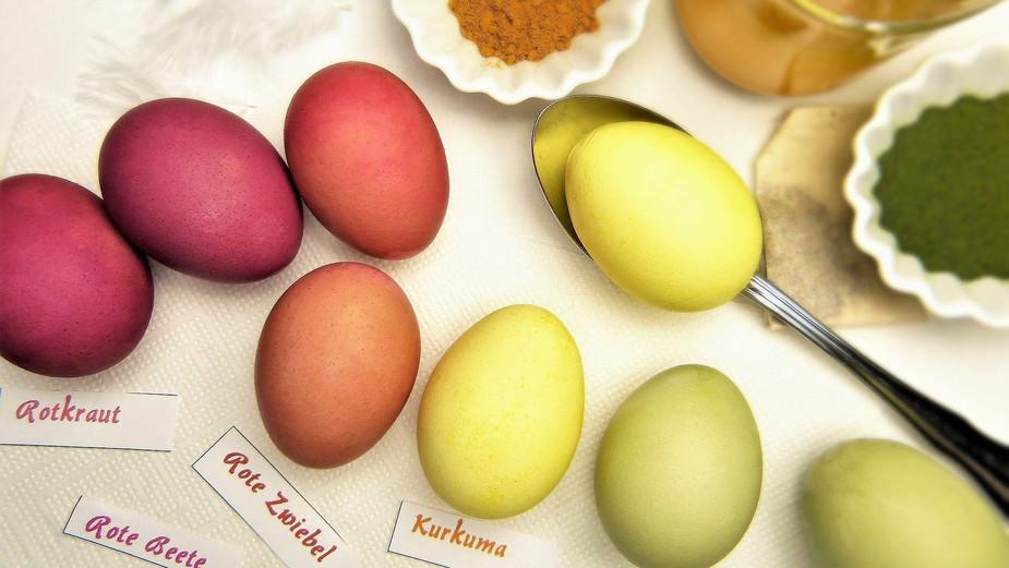 mit Lebensmittel gefärbte Eier