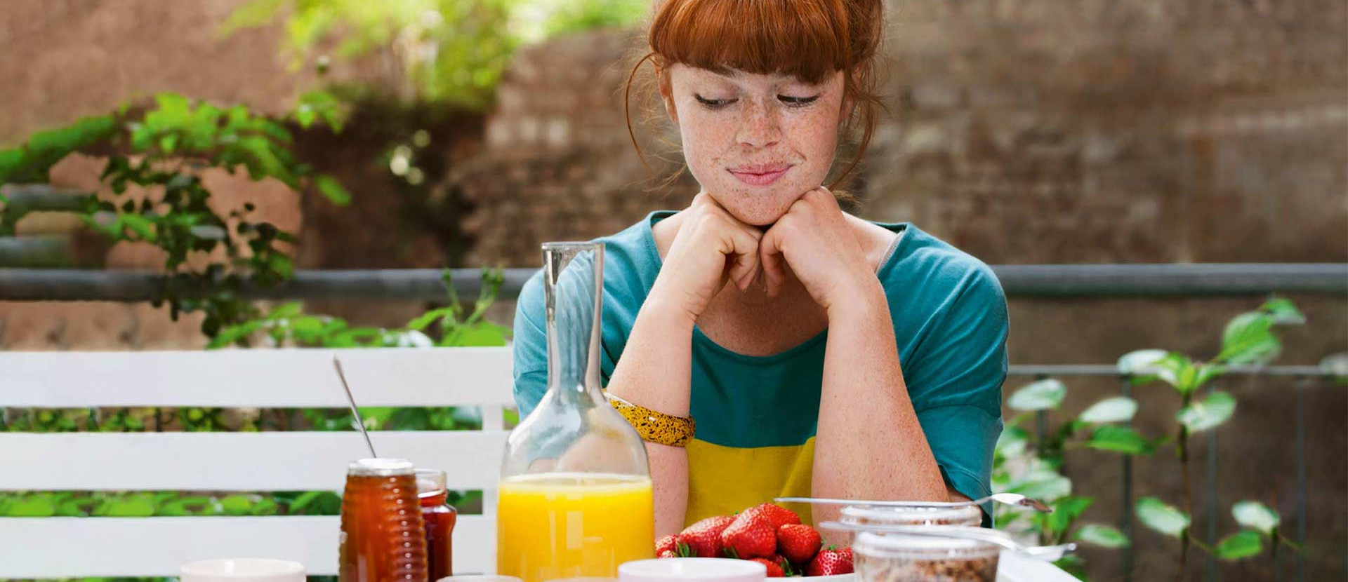 Frau schaut auf Lebensmittel