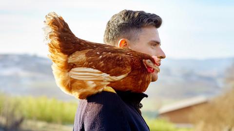 Fabian Haede mit Huhn auf Schulter