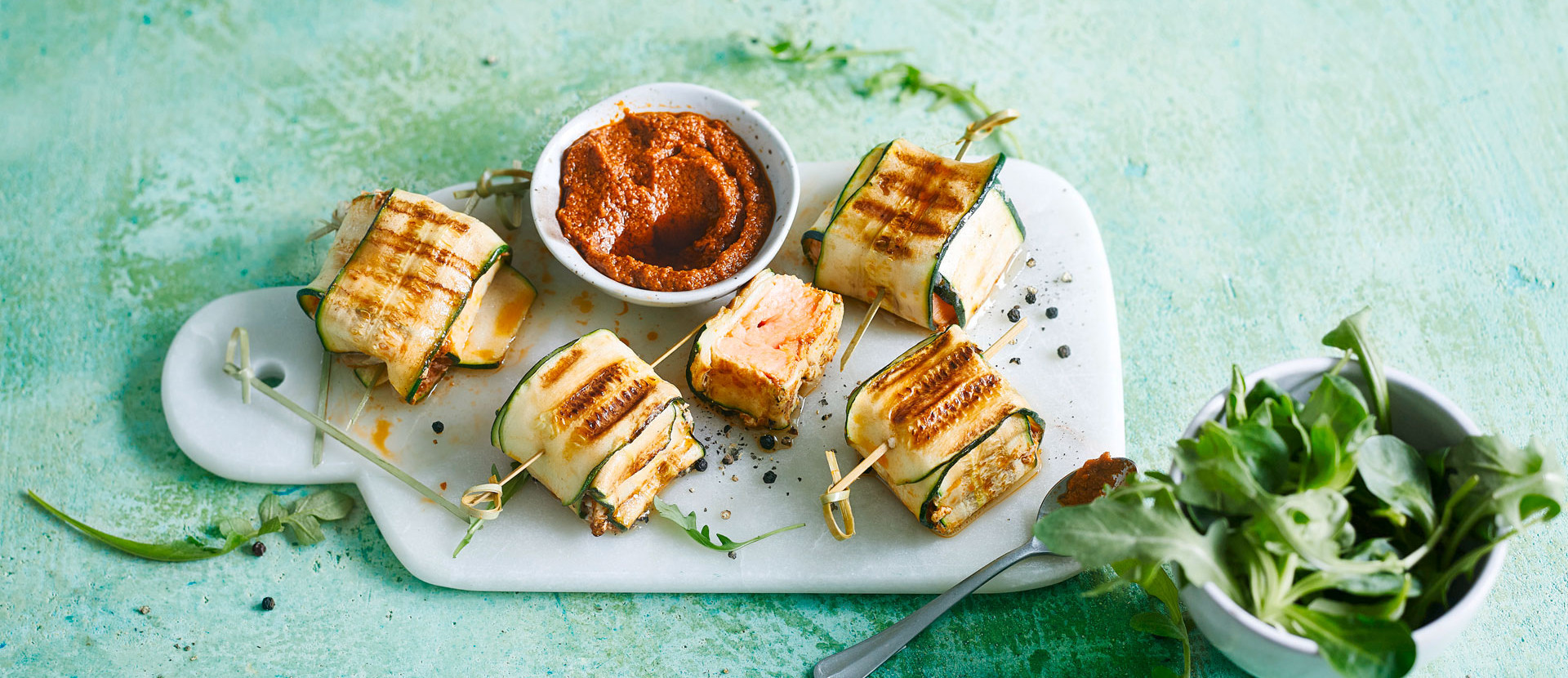 Lachspaeckchen mit Zucchini und Pesto