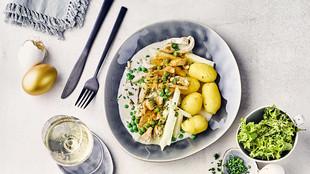 Ostern Huehnerfrikassee Kartoffeln Kohlrabi Erbsen Salat Weisswein