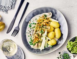 Hühnerfrikassee mit Kohlrabi und Erbsen zu neuen Kartoffeln