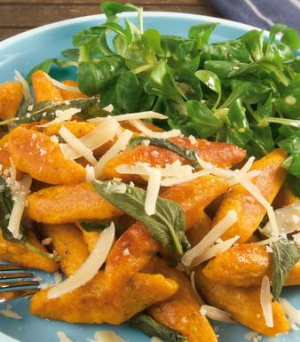 Süßkartoffel-Schupfnudeln mit Salbei und Feldsalat