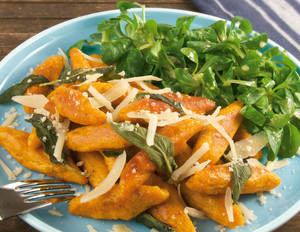 Süßkartoffel-Schupfnudeln mit Salbei & Feldsalat