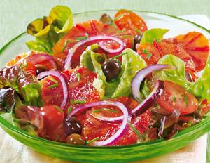 Blutorangensalat mit Eichblatt und schwarzen Oliven