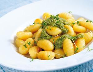 Kresse-Pesto mit Basilikum zu Gnocchi