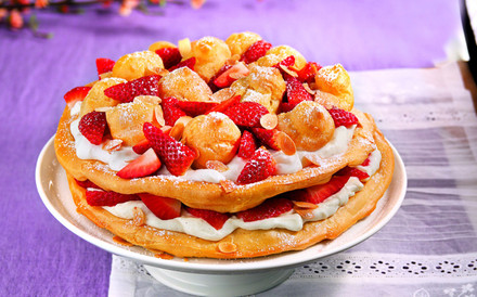 Flockentorte mit Erdbeeren und Limonen Joghurtsahne