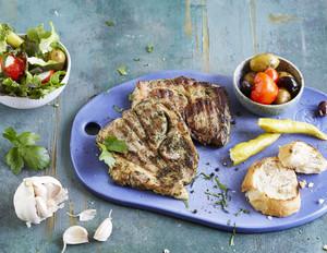 Grill-Steaks mit Antipasti-Salat