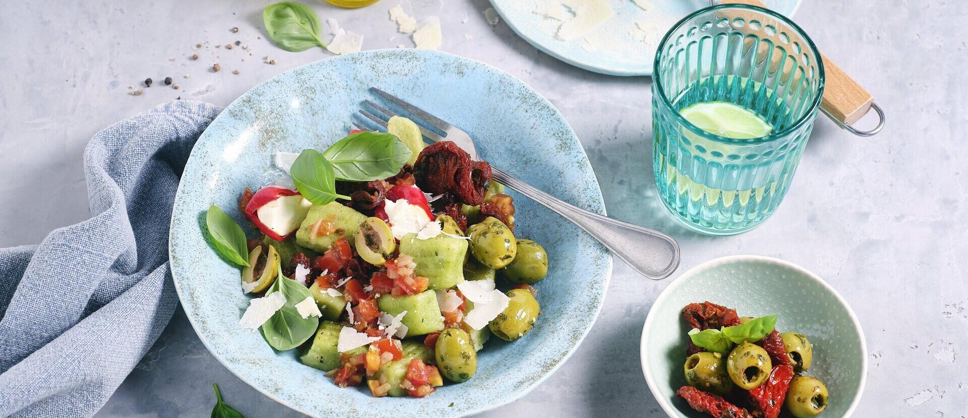 Gruene Gnocchi mit Tomatensauce Antipasti