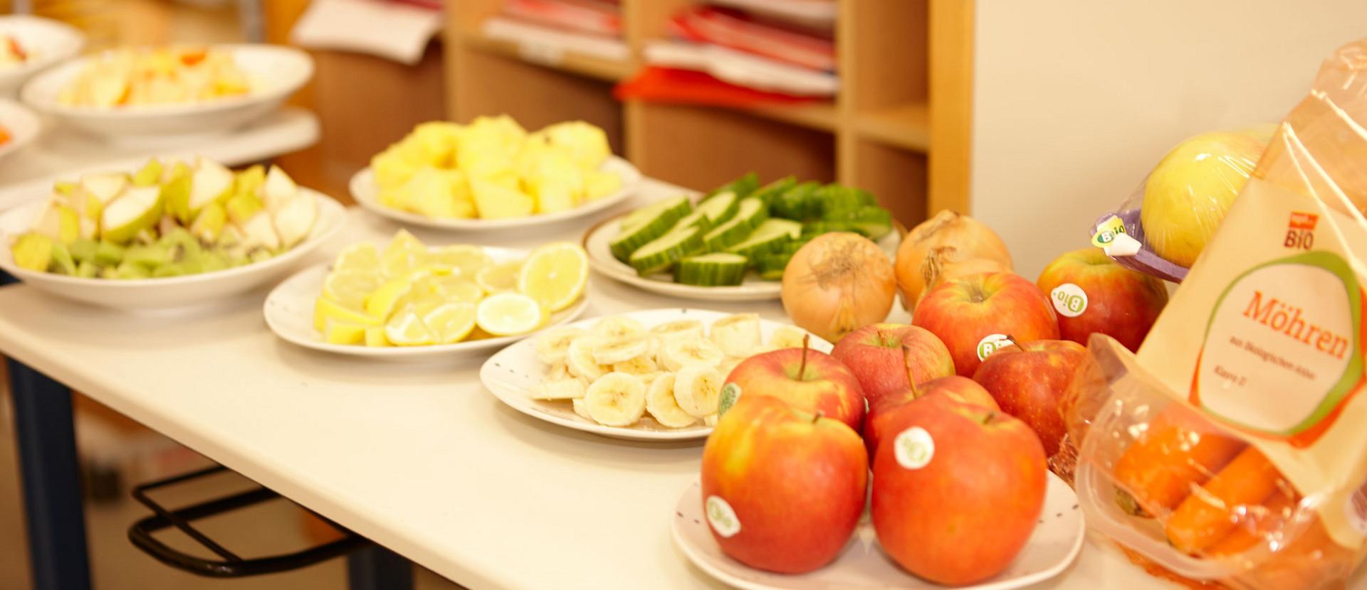 Tisch mit Obst und Gemüse