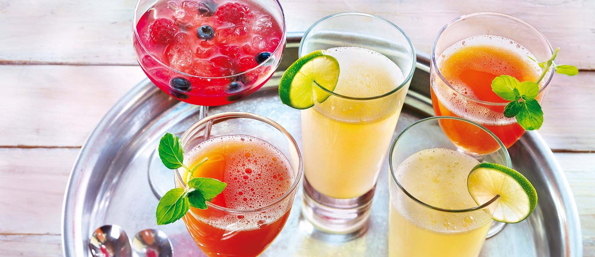 verschiedene Cocktails auf einem silbernen Tablett