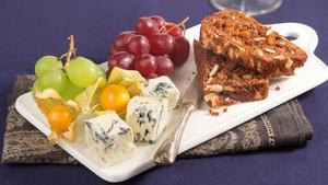 Aprikosen-Nussbrot zu Früchten, Käse und Wein
