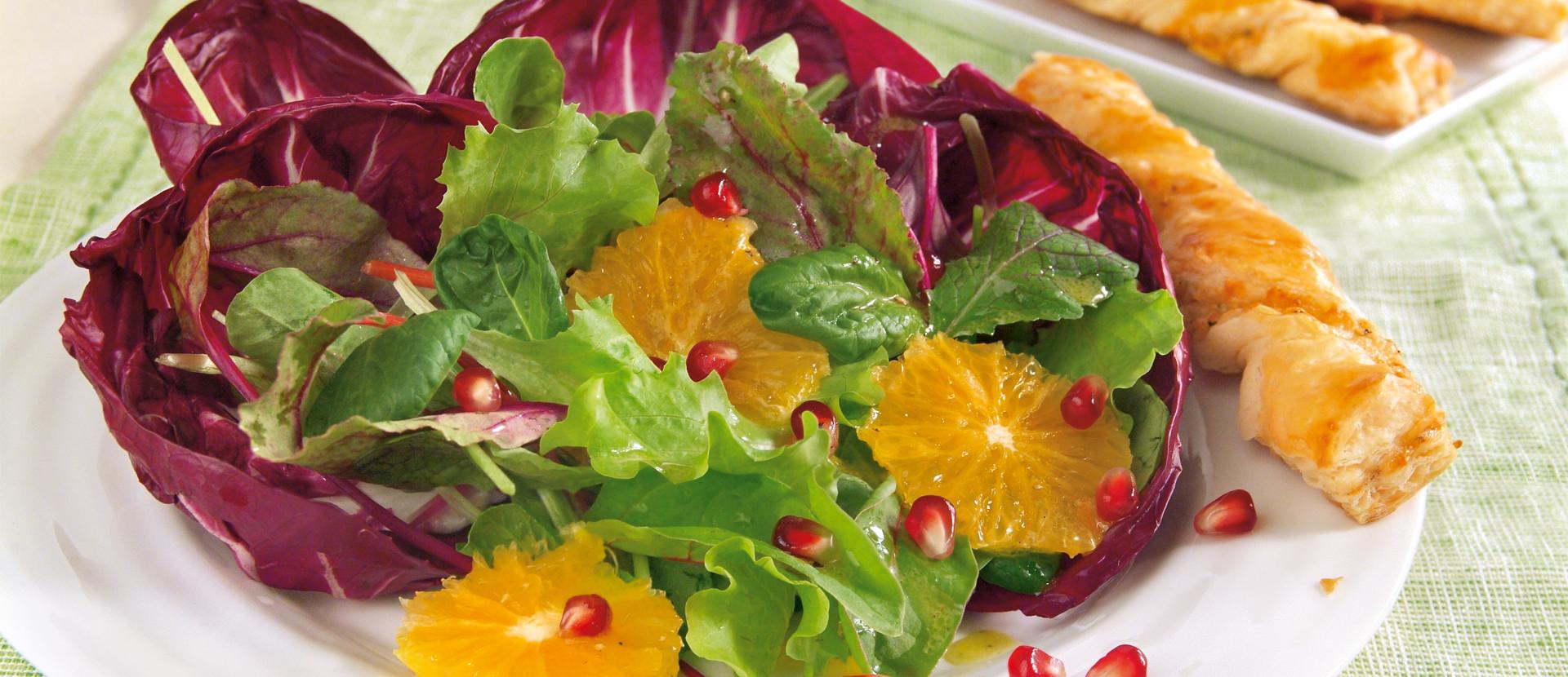 Granatapfel-Blattsalat mit Knusperstangen