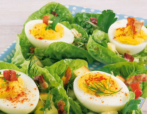 Kräuter- Osternest mit gefüllten Eiern