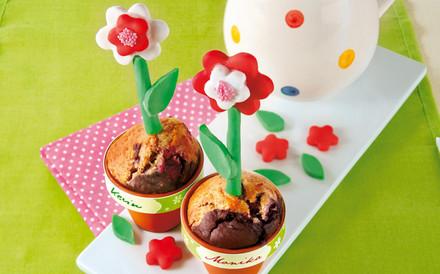 Muffins mit Kirschen in Blumentoepfen