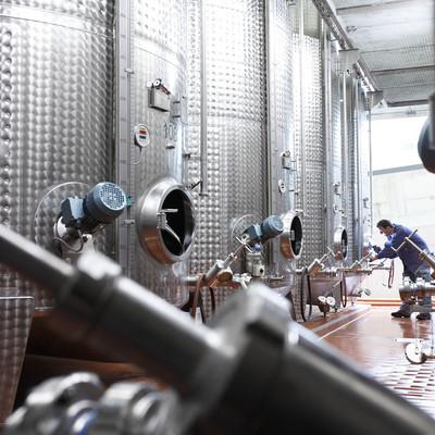 große silberne Weinbehältnisse