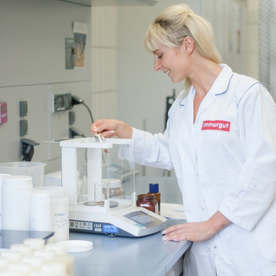 Mitarbeiterin testet im Labor