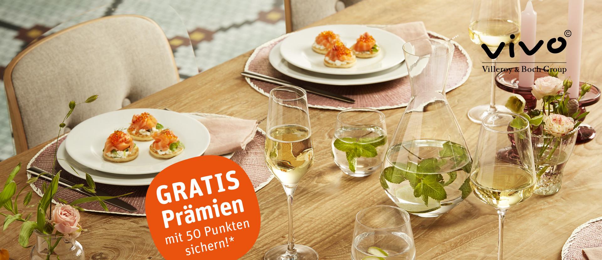 gedeckter Tisch mit Gläsern und Tellern