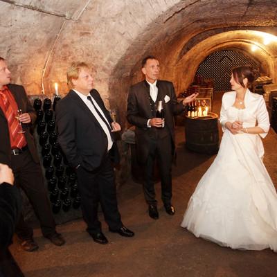 Hochzeitsgesellschaft im Weinkeller
