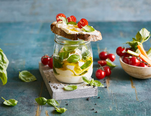 Basilikum-Frischkäse mit Röstbrot und Gemüse