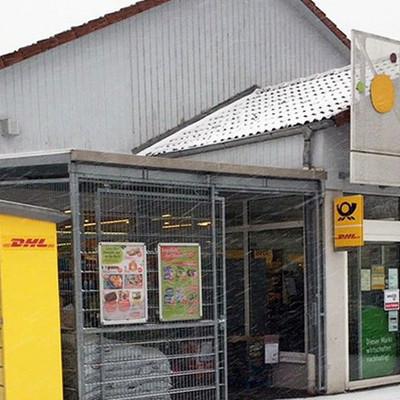 Eingangsbereich des Tegut-Marktes in Tann mit Poststation