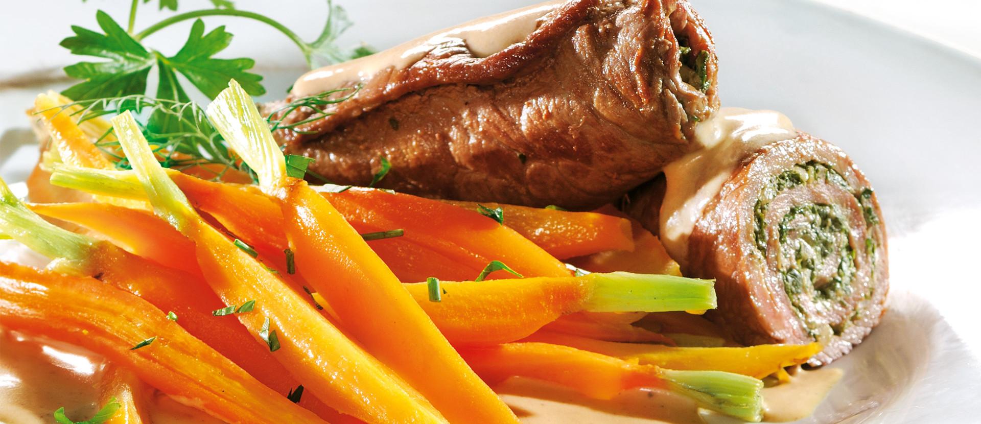 Gewickelte Kräuterschnitzel mit Möhren und Senfsauce